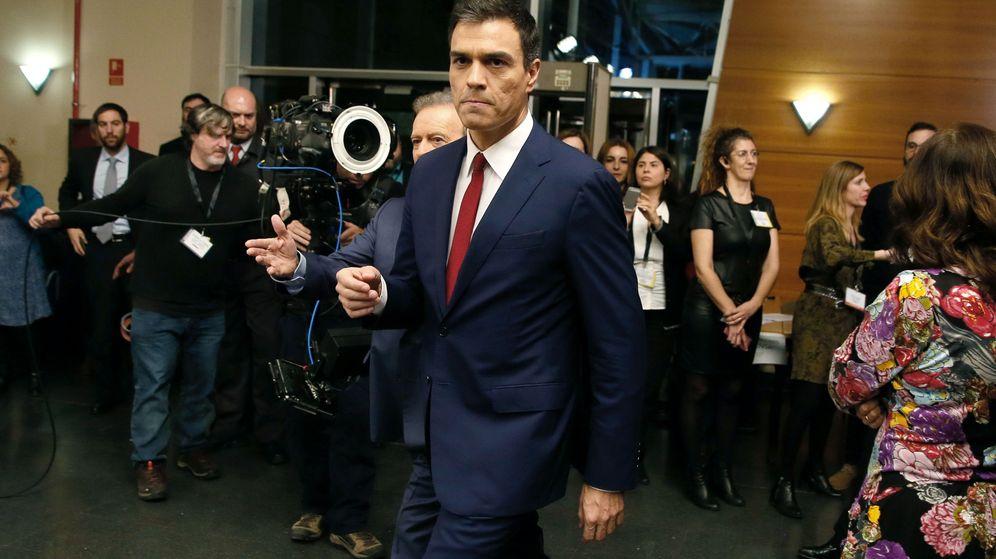 Foto: El candidato del PSOE en las generales, Pedro Sánchez, a su salida del cara a cara. (EFE)