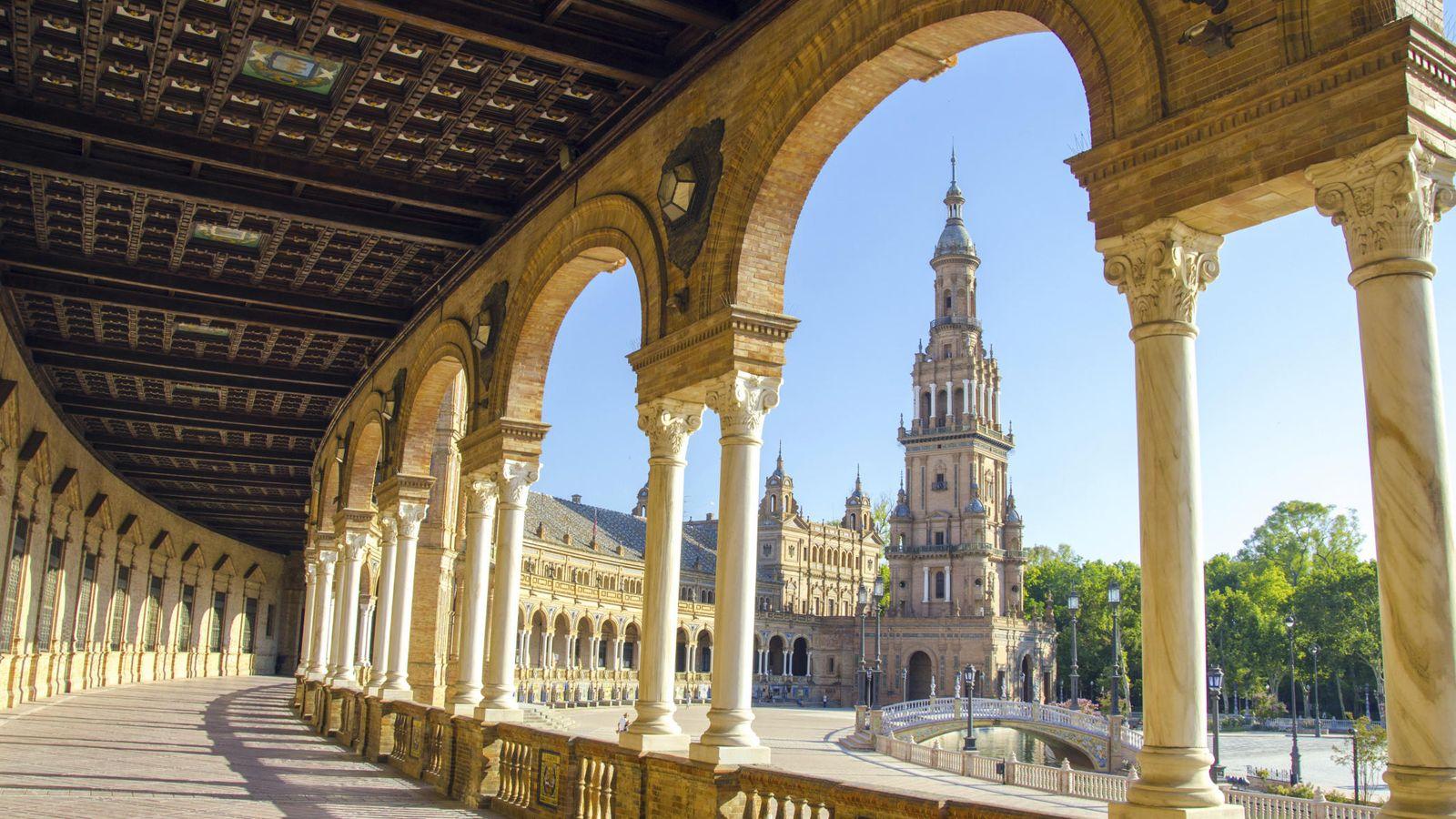 Foto: Sevilla tiene un color especial; es cierto. Esta es su plaza de España (Foto: Skyscanner)