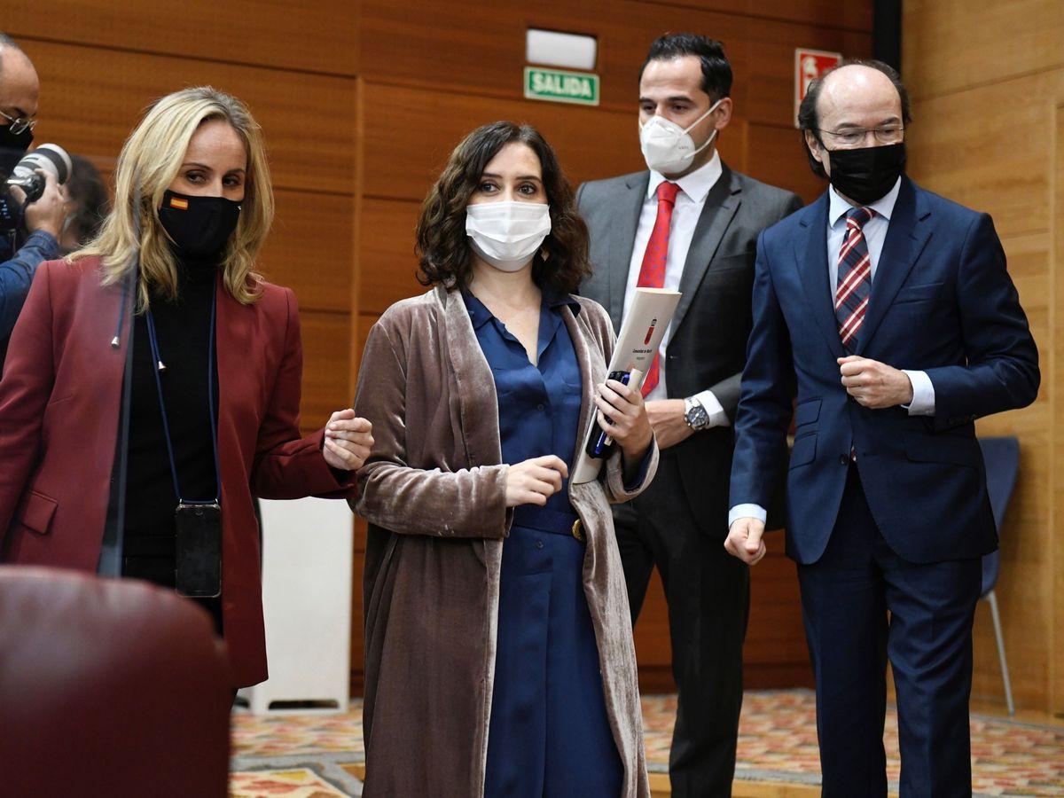 Foto: La presidenta de la Comunidad de Madrid, Isabel Díaz Ayuso (c). (EFE)