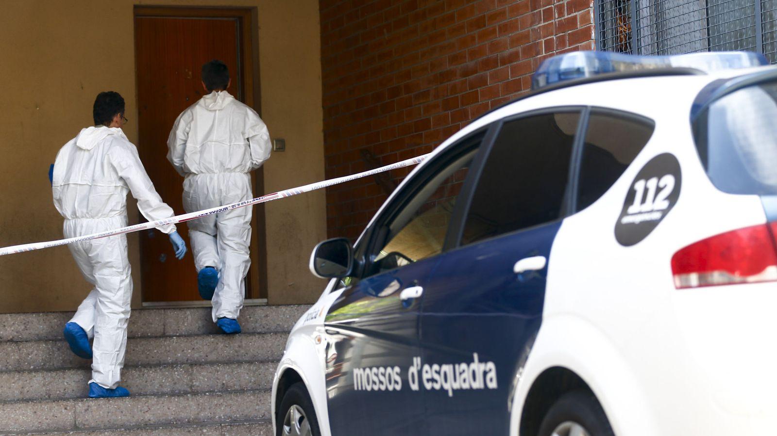 Foto: Miembros de la policía científica de los Mossos d' Esquadra. (EFE)