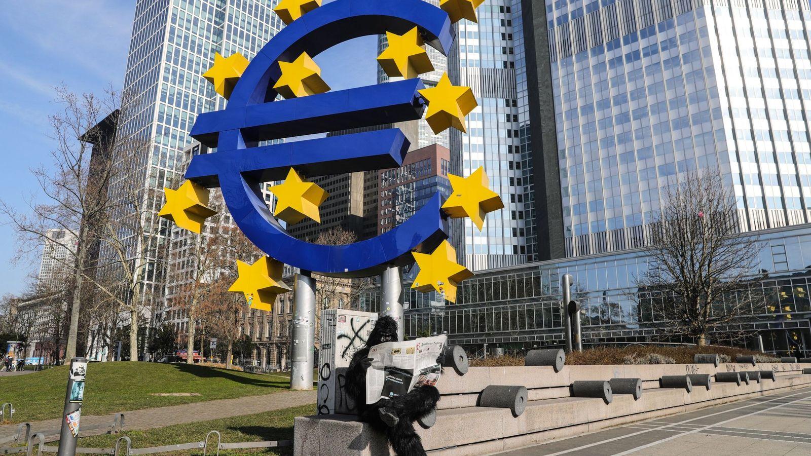 Foto: Escultura del euro en Fráncfort. (EFE)