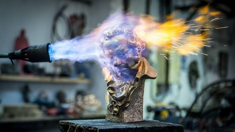 Foto: Un Premio Goya en pleno proceso de fabricación (Getty)