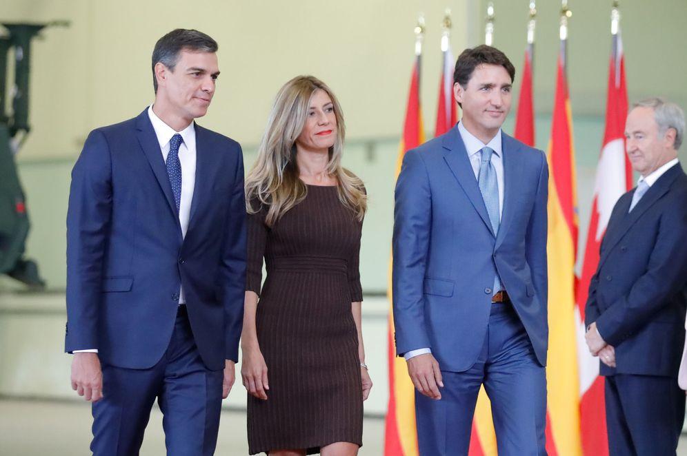 Foto: Pedro Sánchez y su mujer, Begoña Gómez, con el primer ministro canadiense, Justin Trudeau, este 23 de septiembre en Montreal. (Reuters)
