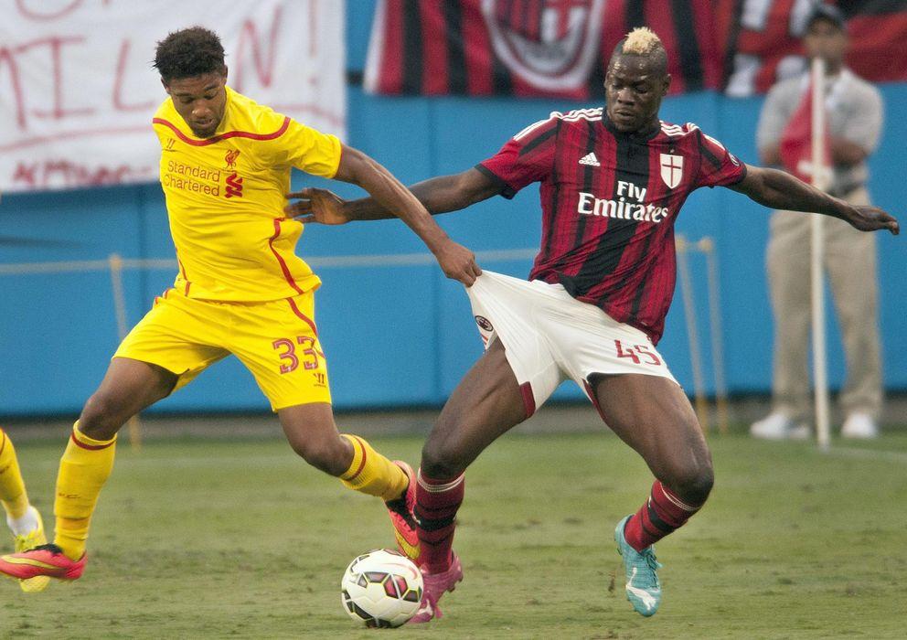 Foto: Mario Balotelli lucha un balón en un partido contra el que será su equipo, el Liverpool (EFE).