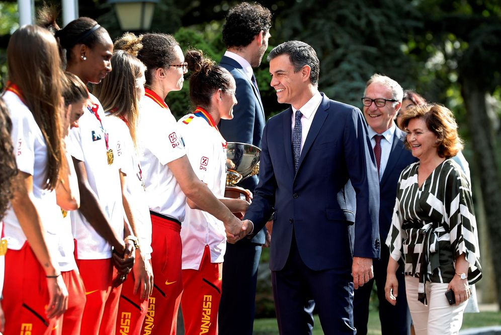 Foto: Pedro Sánchez recibe a la selección femenina de baloncesto con la vicepresidenta, Carmen Calvo, y el ministro José Guirao, este 8 de julio en la Moncloa. (EFE)