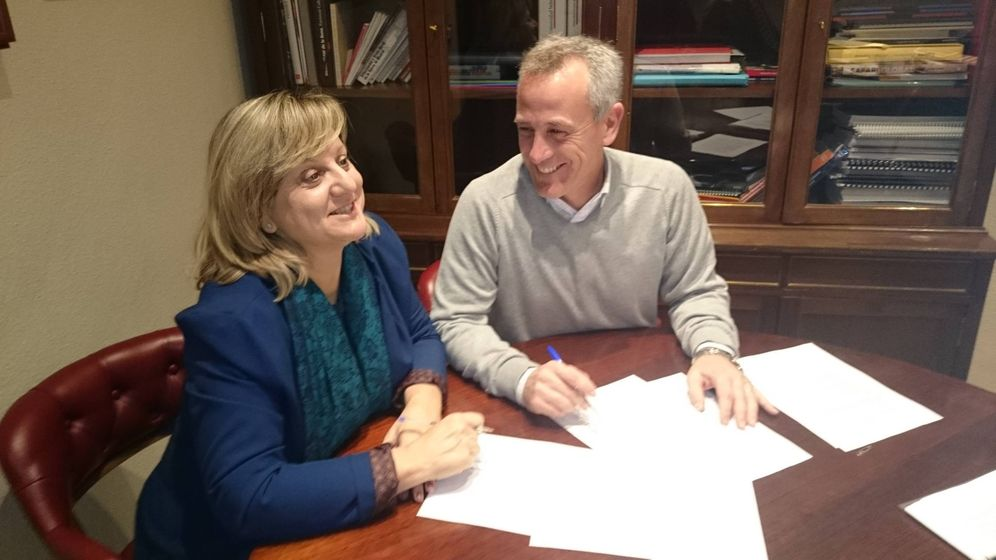 Foto: Elena Talavera, edil de Ciudadanos, con el alcalde de Hoyo de Manzanares, del PP.