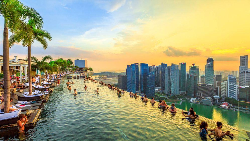 Foto: Piscina infinita situada en La Vie Club Lounge de Singapur. (iStock)