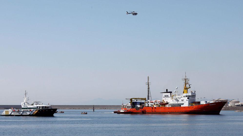 Foto: El Aquarius entra en el puerto de Valencia hace dos semanas con 106 migrantes a bordo.