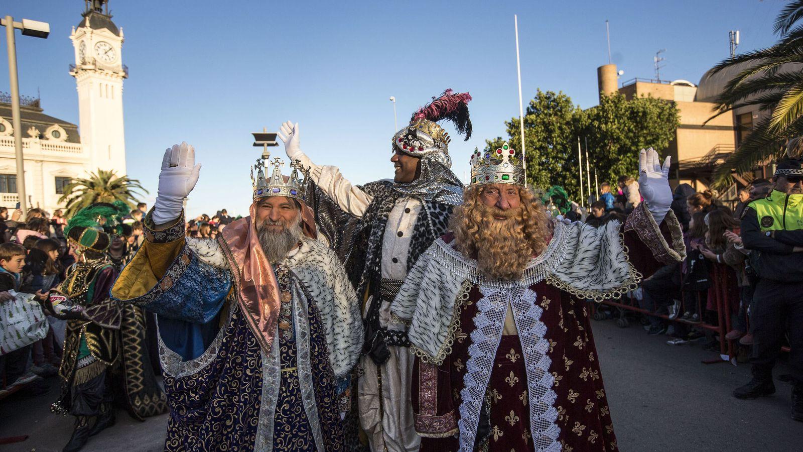 Foto: Los Reyes Magos participan en la cabalgata por las calles de Valencia. (EFE)