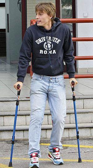 Florentino Pérez anima a Canales con una visita tras su operación de rodilla