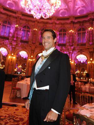 Luis Alfonso de Borbón suple a la Familia Real
