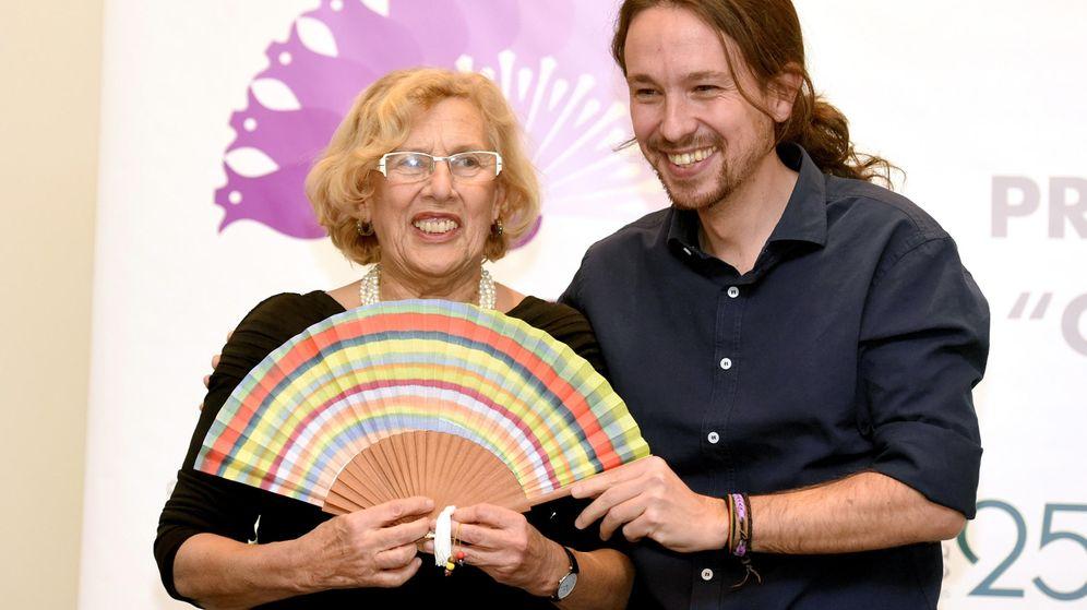 Foto: La alcaldesa de Madrid, Manuela Carmena, junto al secretario general de Podemos, Pablo Iglesias, durante un acto de la asociación El Club de las 25. (EFE)