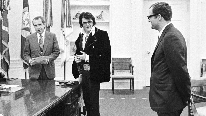 Nixon y Elvis charlan bajo la atenta mirada de Krogh. (Getty)