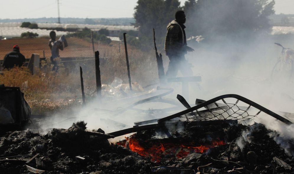 Foto: Un hombre observa el estado en que ha quedado el asentamiento de inmigrantes en Lepe (Huelva) tras el incendio. (EFE)