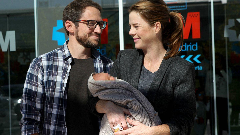 Amelia Bono y Manuel Martos abandonan el hospital con su hijo en brazos.
