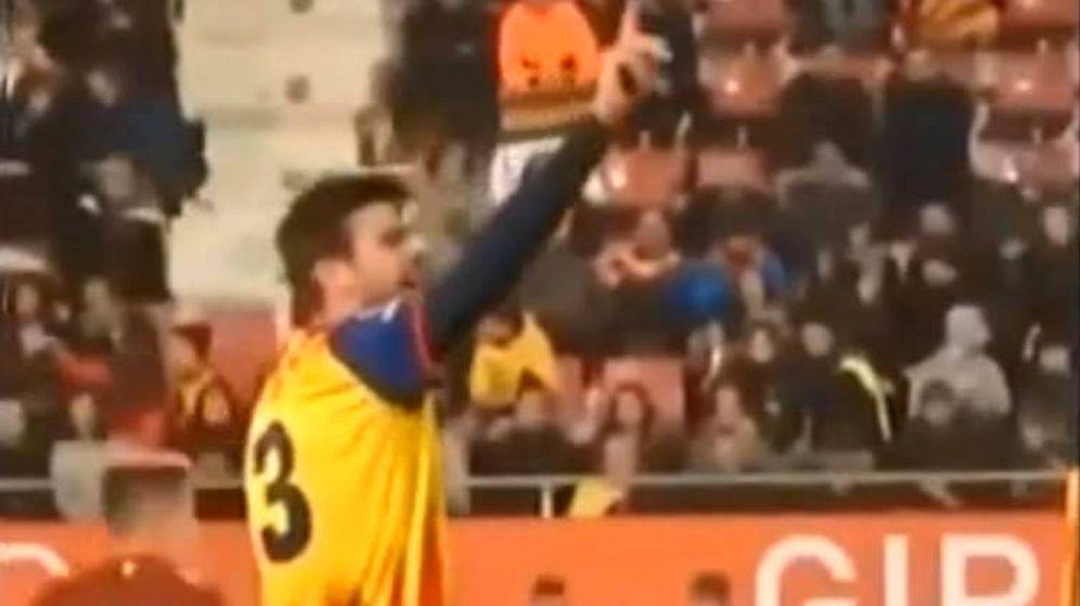 Foto: Gerard Piqué hizo un gesto a los aficionados para que no faltaran al respeto a España (Foto: YouTube)