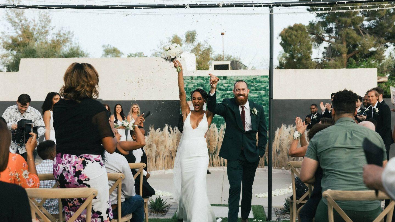 Pareja de novios recién casados. (Fotografía de Jakob Owens para Unsplash)