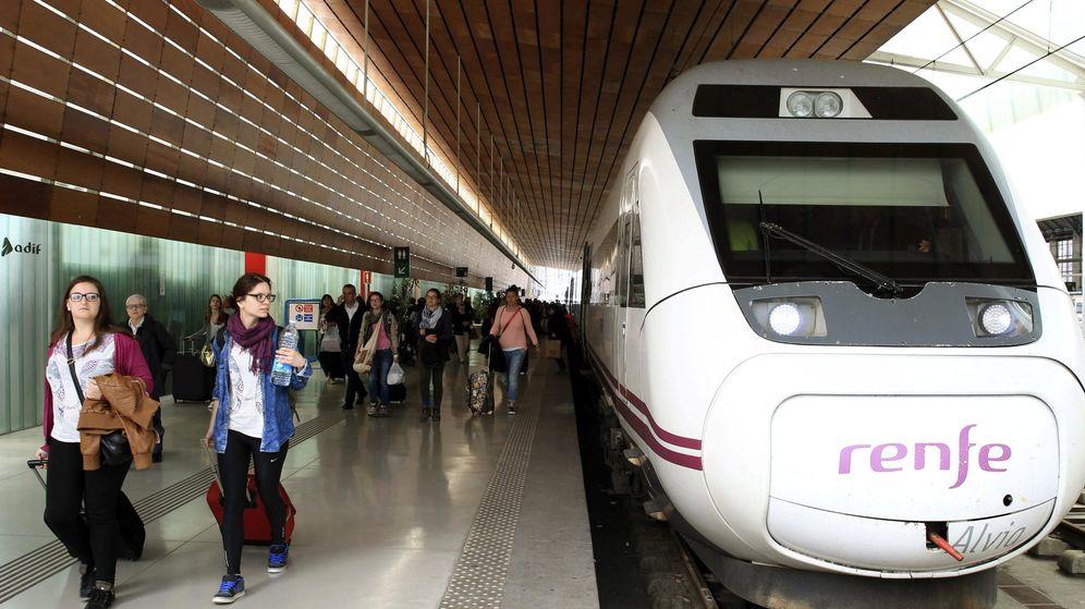Foto: Viajeros procedentes de Barcelona a su llegada a la estación de Renfe.(EFE)