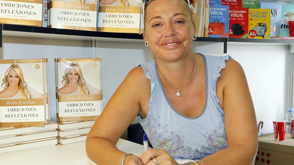 Foto: Belén Esteban firma ejemplares en la 73ª edición de la Feria del Libro de Madrid. (EFE)