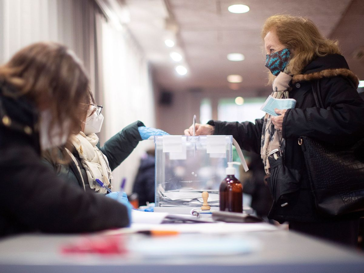 Foto: Una votante acude a las urnas para ejercer su derecho al voto este 14-F (EFE)
