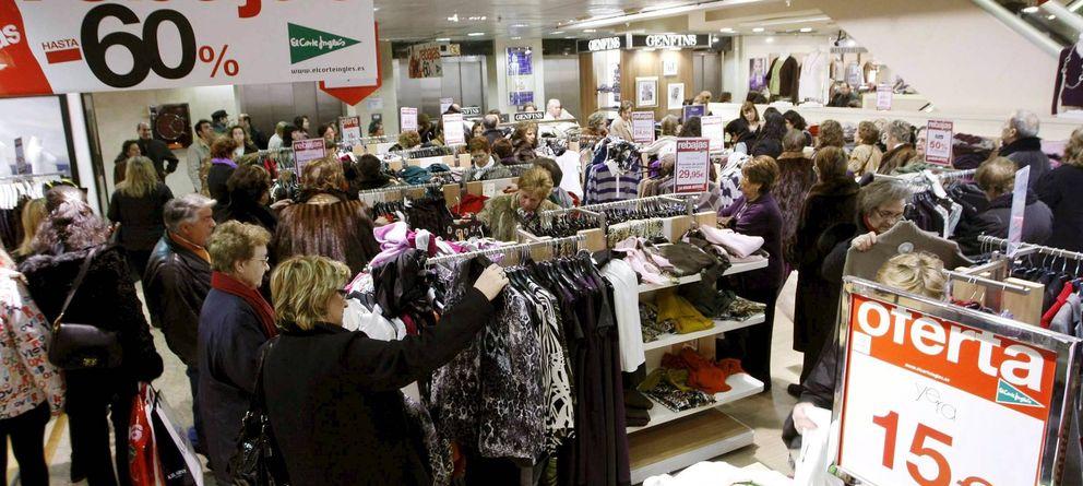 Foto: Algunas personas ojean y compran en el comienzo de las rebajas de El Corte Inglés. (EFE)
