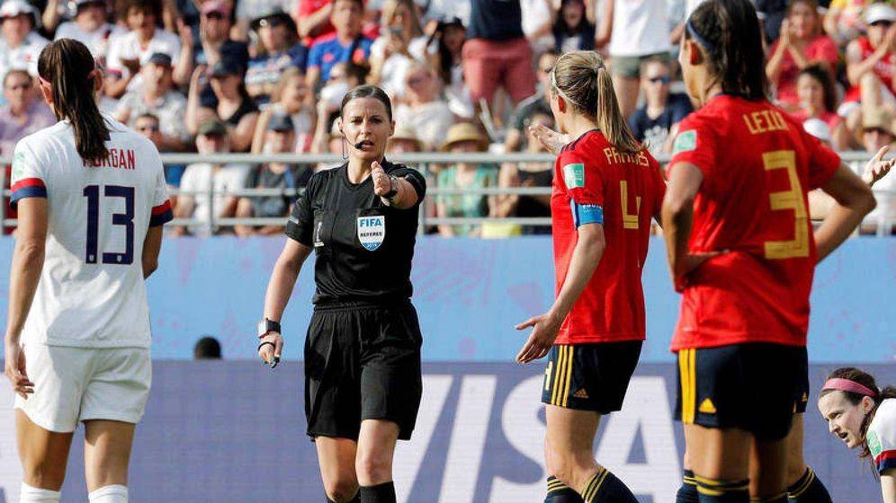 Foto: La árbitra del Estados Unidos-España señala penalti a favor de las estadounidenses. (EFE)