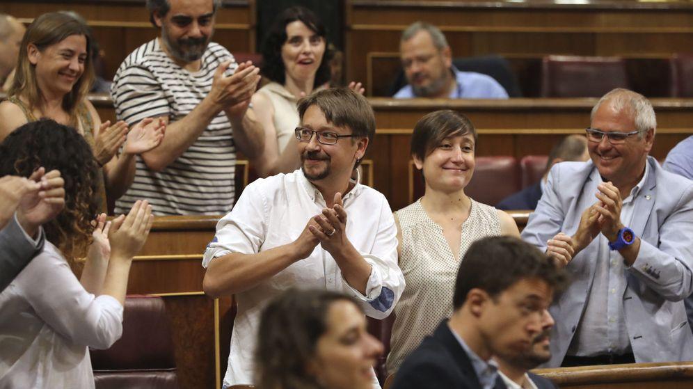 Foto: Xavier Domènech, de En Podem Comú, aplaudido por sus compañeros de partido tras su intervención en la segunda jornada del debate de la moción de censura. (EFE)