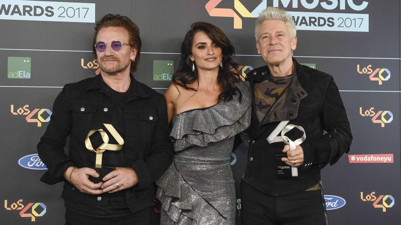 Penélope Cruz, Bono y Adam Clayton. (Gtres)