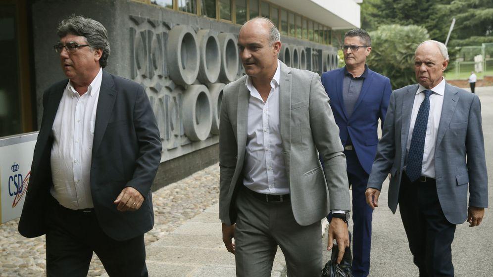 Foto: Andreu Subies (c) era hasta este viernes el vicepresidente económico de la RFEF. (EFE)
