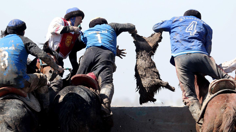 Hombres practicando el Kok-boru. (EFE)