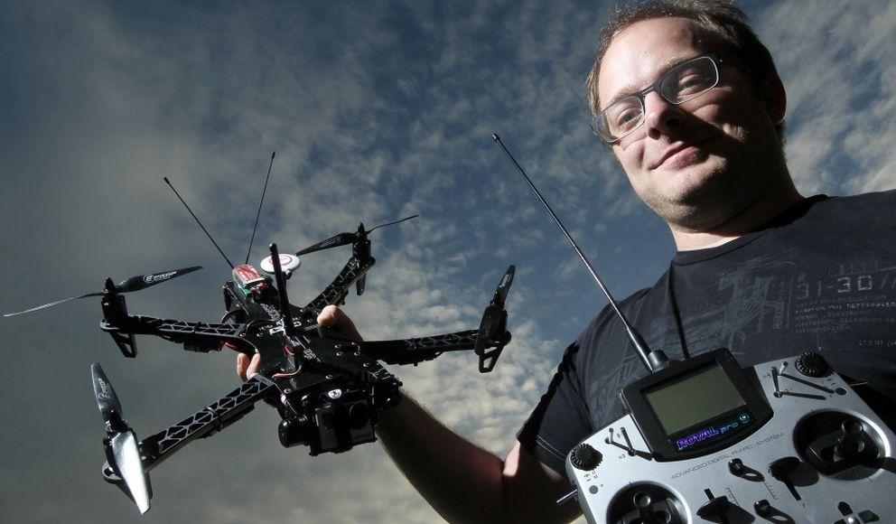 Foto: Raphael Pirker muestra uno de sus 'drones'