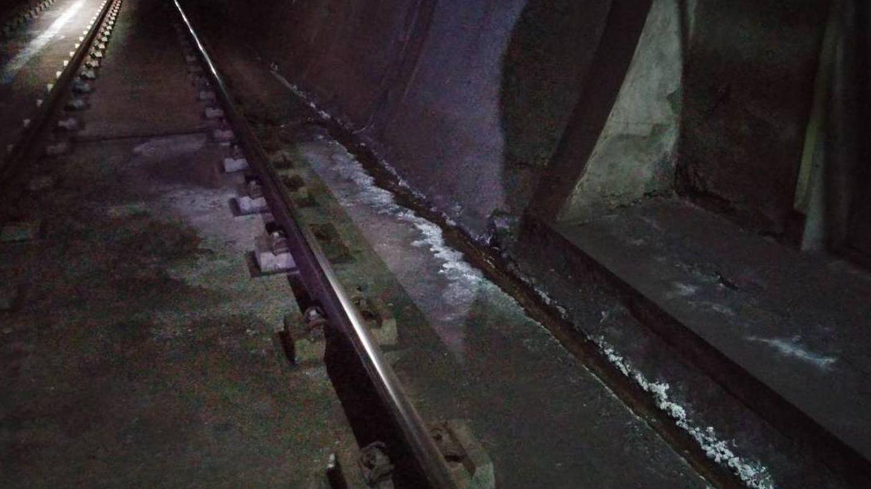 Manación de agua con sales a través del drenaje de la salida de emergencia. Tramo entre La Rambla y Coslada Central.
