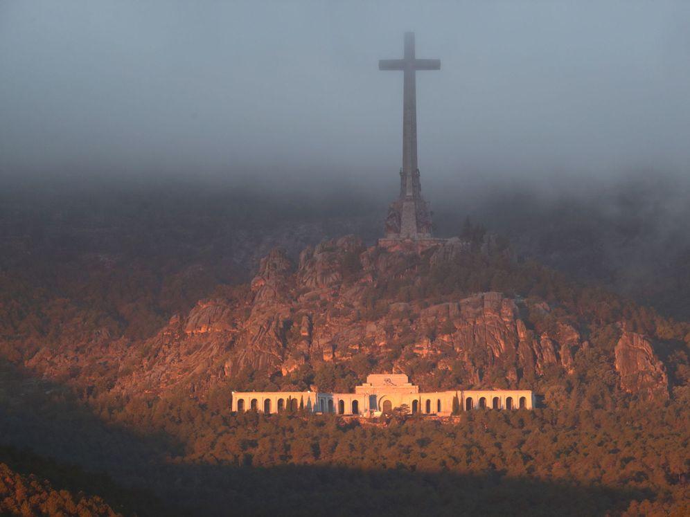 Foto: El Valle de los Caídos, con la imponente cruz de 150 metros coronándolo, amanece este histórico 24 de octubre de 2019. (Reuters)