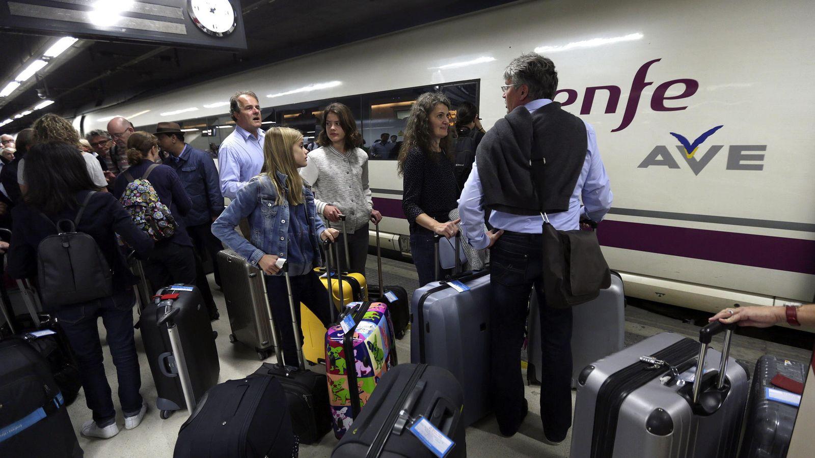 Foto: Viajeros esperan para subirse al tren en Barcelona. (EFE)