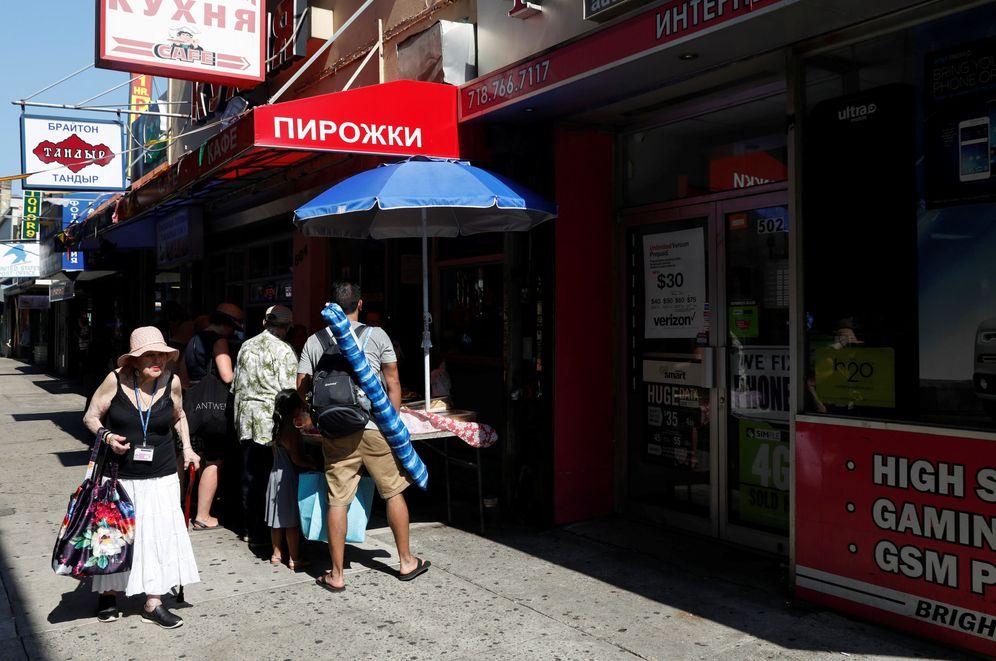 Foto: Varias personas ante una tienda de comestibles rusa en Brighton Beach, Nueva York. (Reuters)