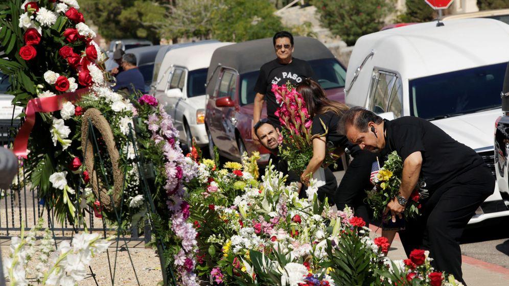 Foto: Un tributo a las víctimas del tiroteo en El Paso. (Reuters)