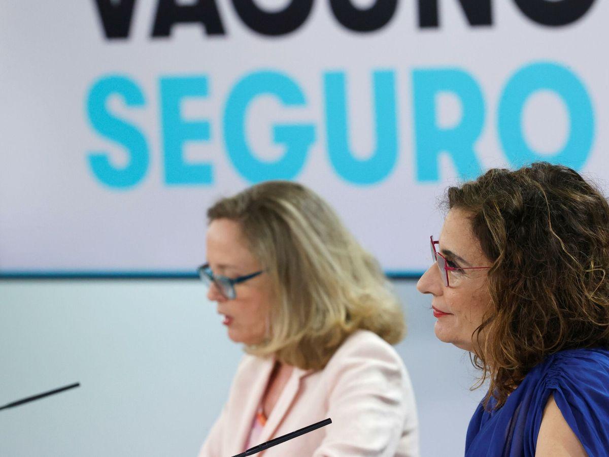 Foto: Las ministras Nadia Calviño y María Jesús Montero, en una rueda de prensa. (EFE)