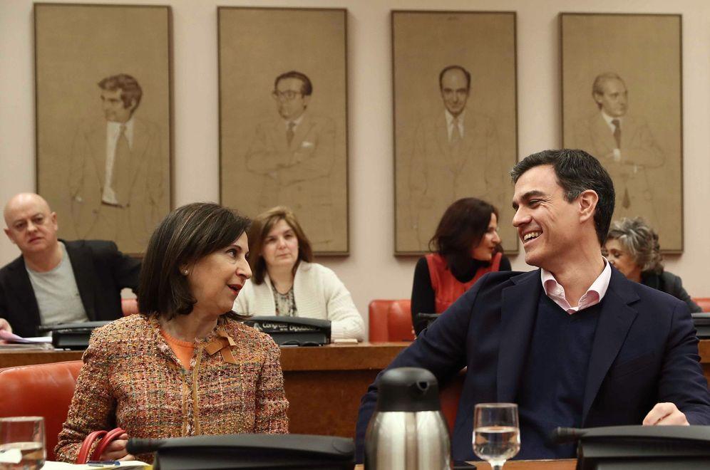 Foto: Pedro Sánchez, con Margarita Robles, en la reunión del Grupo Socialista, este 13 de marzo en el Congreso. (EFE)