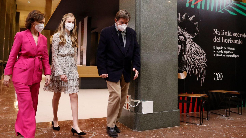 Leonor camina junto a Carmen Calvo y Luis García Montero. (EFE)