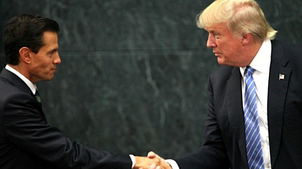 Foto: El presidente de México, Enrique Peña Nieto, estrecha la mano a Donald Trump el pasado mes de agosto. (Efe)