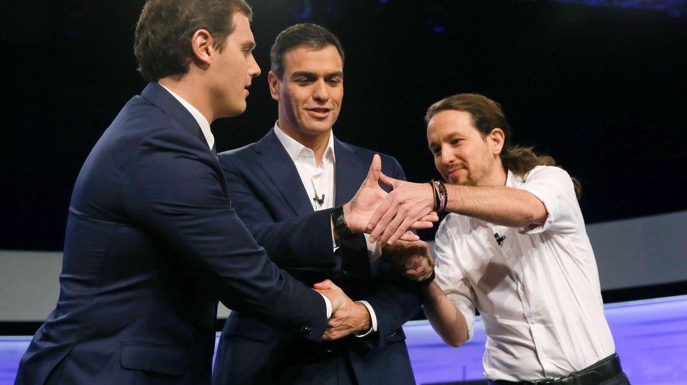 Foto: Pedro Sánchez, con Albert Rivera y Pablo Iglesias, durante el debate a tres organizado por 'El País', el pasado 30 de noviembre. (EFE)