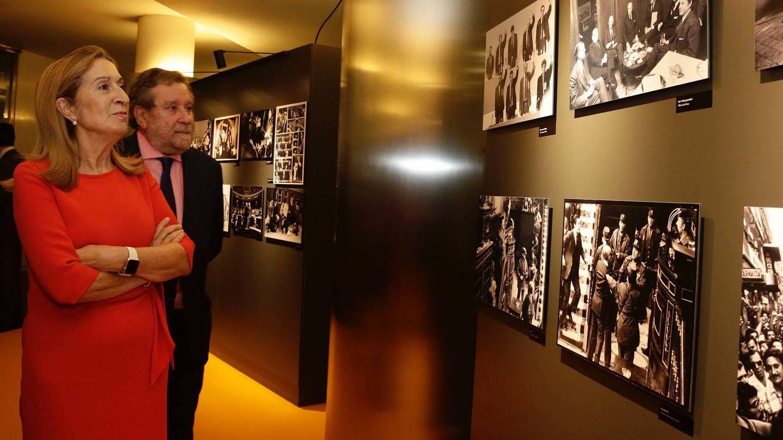 La presidenta del Congreso, Ana Pastor, visita la exposición fotográfica con motivo de los 40 años de la Constitución, este 17 de octubre en la Cámara Baja. (Facebook Congreso)