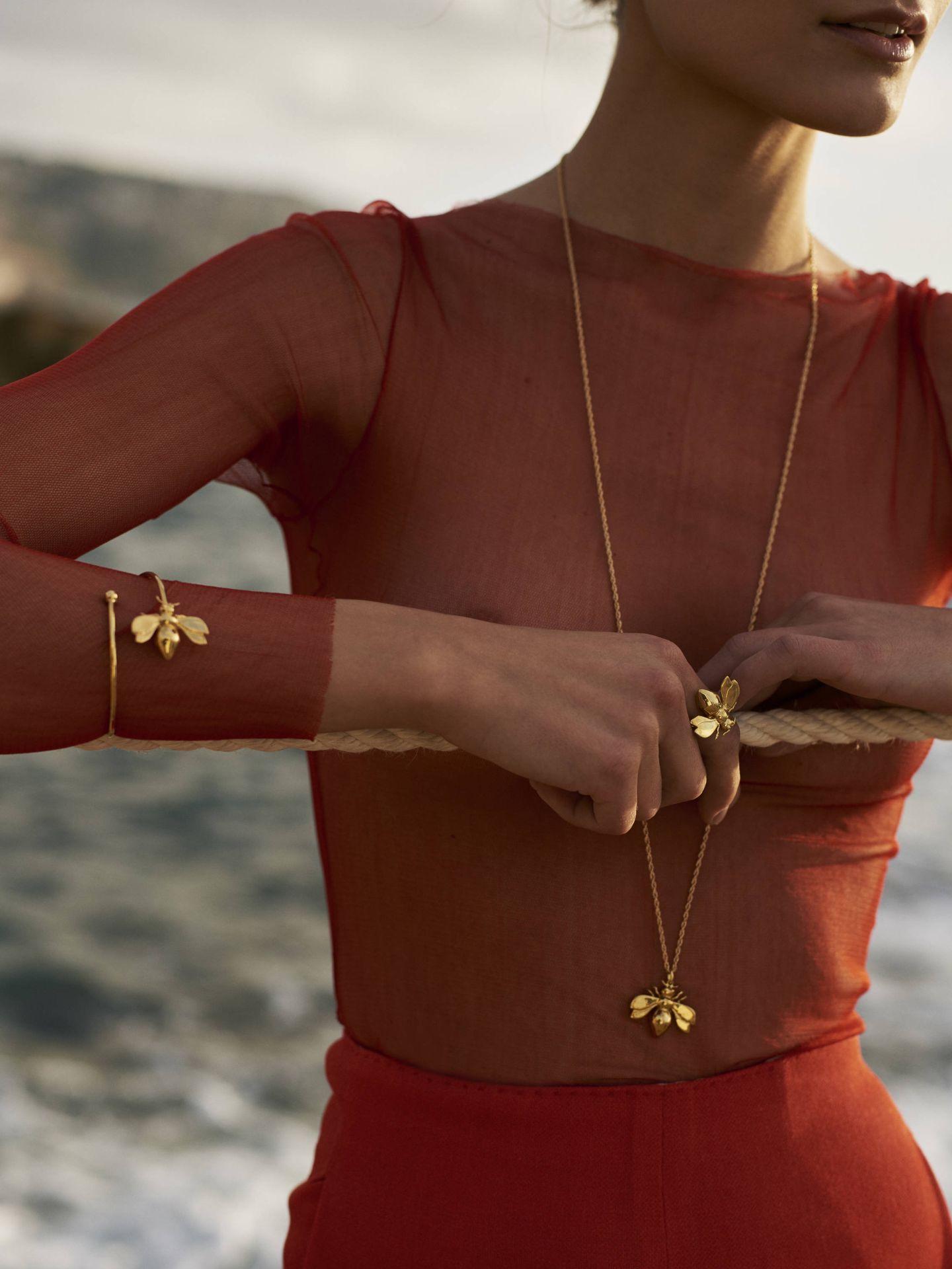 Pendientes, anillos y brazaletes XL. Así son las joyas de Helena Nicolau. (Cortesía)