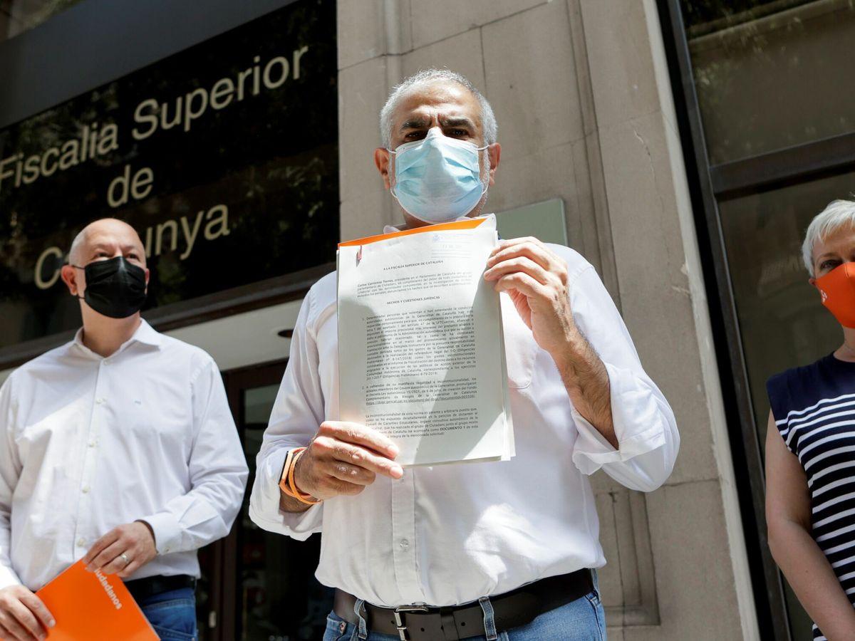 Foto: Carrizosa (c) presenta la denuncia en Fiscalía. (EFE)
