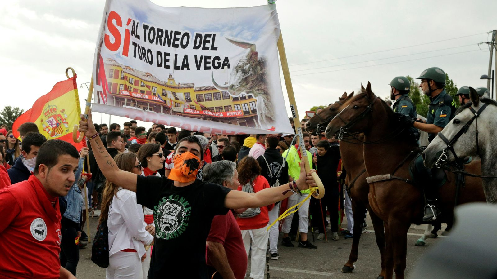 Foto: Manifestantes a favor de continuar con la tradición del Toro de la Vega. (Reuters)