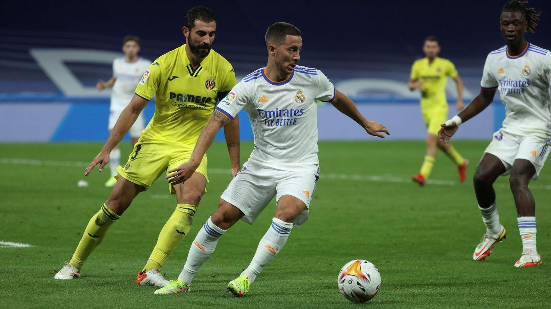 Hazard controla el balón en presencia de Albiol en el partido contra el Villarreal. (EFE)
