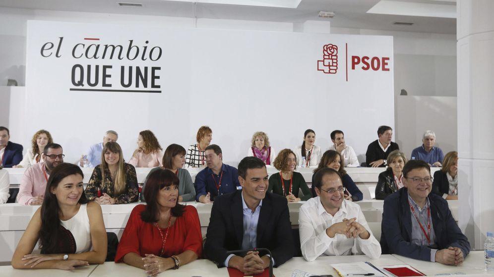 Foto: Pedro Sánchez y su ejecutiva, minutos antes del arranque del Comité Federalde este 17 de octubre. (EFE)