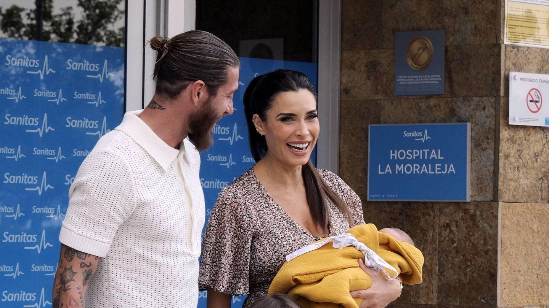 Sergio Ramos y Pilar Rubio, a la salida del hospital con su cuarto hijo. (Cordon Press)