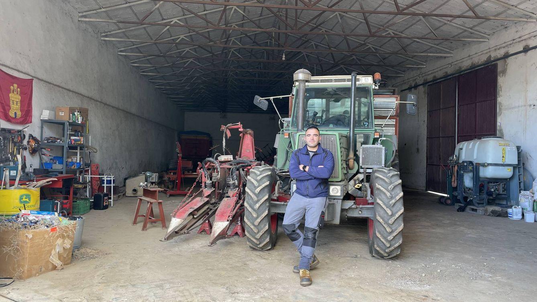 Foto: El tractorista Rodrigo Carrillo. (Ángel Villarino)