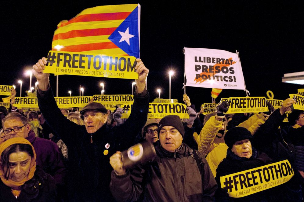 Foto: Concentración unitaria del independentismo el pasado 2 de noviembre ante la cárcel en la que se encuentra Dolors Bassa. (EFE)